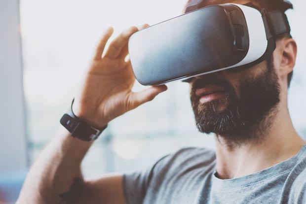 cliente con gafas de realidad virtual