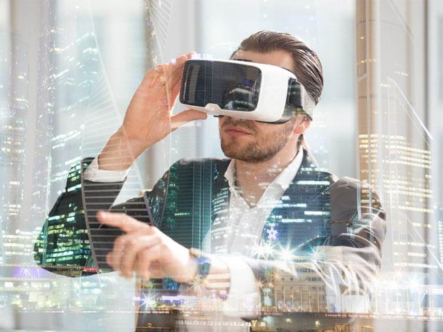 tecnologías inmersivas - imagen de blog cliente con gafas de realidad virtual