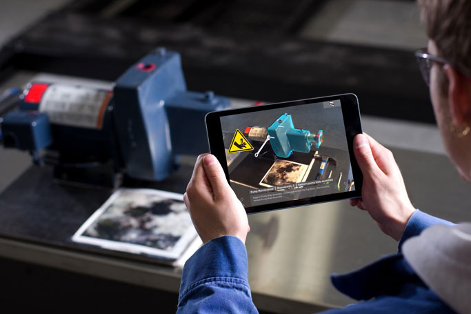 Hombre con tablet viendo realidad aumentada